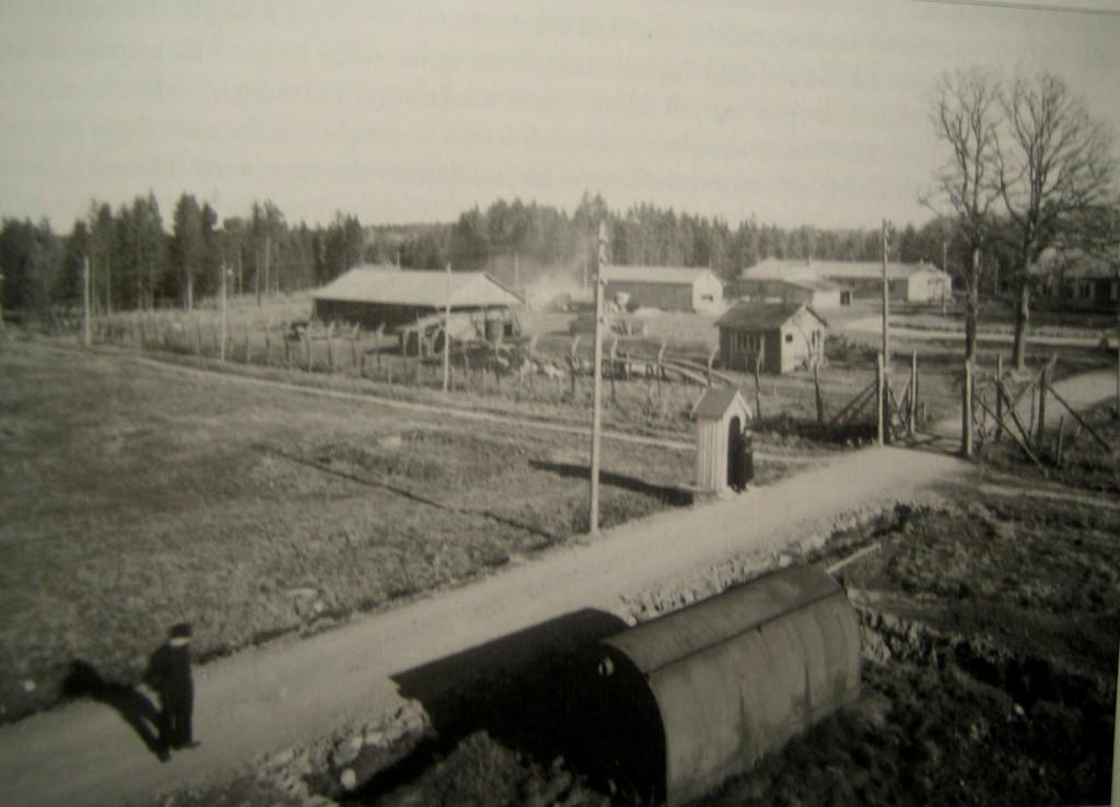 Bilde er tatt like etter 2.vk. Foto viser område rundt hovedporten. (Interessegruppens fotosamling)